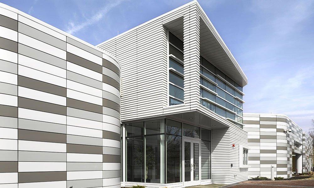 Edificio con paneles sándwich para fachada